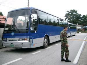 板門店共同警備区域(JSA)へ向かう国連軍のバス