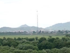 北朝鮮の国旗掲揚台と街