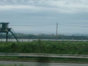 北朝鮮の村が対岸に見える川沿いの鉄条網