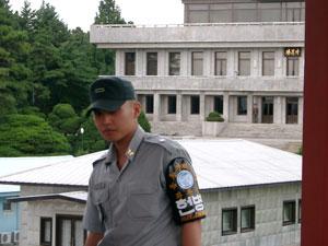 警護担当の韓国兵と奥の建物前で直立する北朝鮮兵