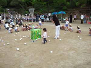 年長組の玉入れに乱入する長女@幼稚園の春の戸外活動(ミニ運動会)