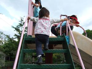 滑り台で遊ぶ長女@幼稚園の春の戸外活動(ミニ運動会)