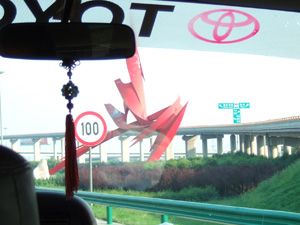 西安咸陽国際空港から西安市街へ.意味不明な巨大オブジェがあちこちに.