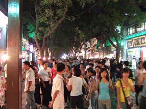 地元の人と観光客で大混雑の通り @ 西安,中国