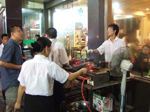 店の前で串を焼いている @ 西安,中国