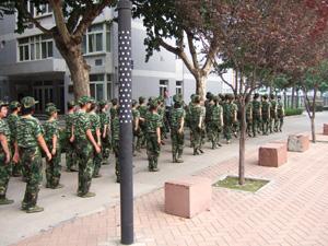 西安交通大学で軍事訓練をする学生