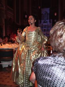 豪華なドレスを身に纏い美しい歌声を披露する女性(元クリスティーヌ)