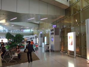 ホテルシャトルバス専用ゲートが何十と続く巨大な香港国際空港