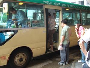 地元の女性に助けてもらい,香港を縦横無尽に走る緑のミニバスに挑戦@香港