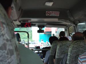 MRT駅から九龍寨城公園へ向かう緑のミニバス車内@香港