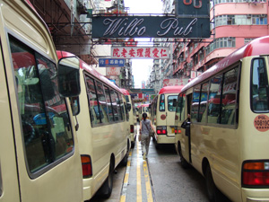 MRT旺角駅の周辺には何十台もの赤いミニバスが集合
