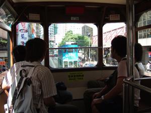 香港島を走る路面電車の2階内部