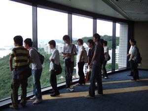 会場からの景色に見とれる研究室の面々@香港科技大学HKUST