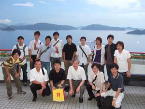 鮫が泳ぐ海を背景に香港科技大学HKUSTで記念撮影