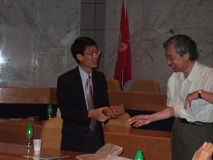 Prof. Ka M. Ngに記念品贈呈@香港科技大学(HKUST)