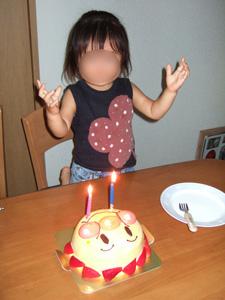 特注のアンパンマン誕生日ケーキに喜ぶ長女