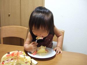 特注のアンパンマン誕生日ケーキを食らう長女