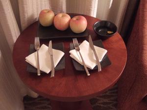 マンダリンオリエンタルの客室に用意されていたリンゴ@シンガポール
