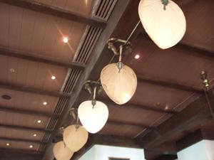 ロングバーの天井で動き続ける団扇@ラッフルズホテル,シンガポール