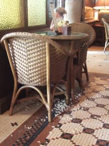 床はピーナッツの殻だらけ@ロングバー,ラッフルズホテル