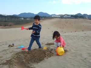 鳥取砂丘の頂上で砂遊びに夢中