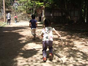 愛宕神社に向かって走る長男長女