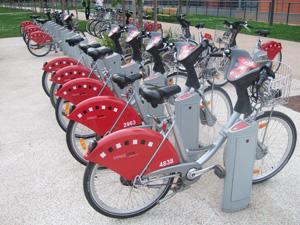 リヨン市内の至る所にあるレンタル自転車スタンド