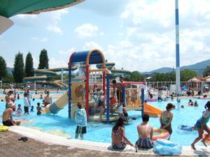 幼児用プールの滑り台@亀岡運動公園