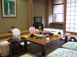 和室でくつろぐ長女2歳@玉造温泉の長楽園
