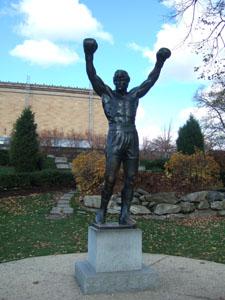 フィラデルフィア美術館の前にあるロッキー像