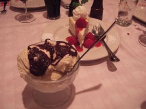 山盛りのアイスクリームとケーキ@Maggiano's