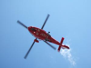 消防出初式で上空を飛行するヘリコプター