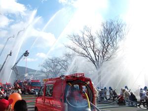 消防出初式での一斉放水