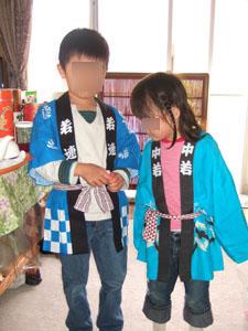 神社の祭りに参加した長男と長女