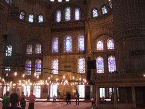 ステンドグラスとイズニックタイルが美しいスルタンアフメット・ジャーミィ(ブルーモスク)の内部@イスタンブール, トルコ