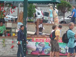 ドンドゥルマDondurma(トルコアイスクリーム)の屋台パフォーマンス@イスタンブール