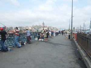 釣り人も多いガラタ橋@イスタンブール, トルコ