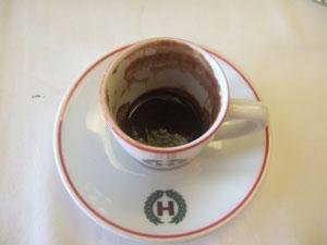 テュルク・カフヴェスィ(トルココーヒー)のドロドロ残留物@イスタンブール, トルコ