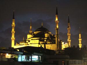 ライトアップされたスルタンアフメット・ジャーミィ(ブルーモスク)を臨む@イスタンブール, トルコ