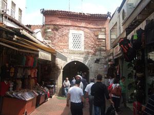 グランドバザール(カパル・チャルシュ)のトラムヴァイ駅に近いゲート@イスタンブール, トルコ