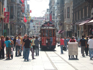 イスティクラール通りを走るレトロなトラムヴァイ@イスタンブール, トルコ
