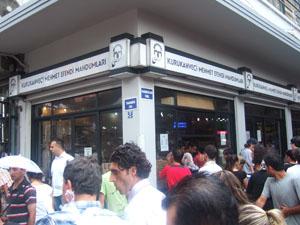 長蛇の行列ができるトルコ最古のトルココーヒー店Mehmet Efendi@イスタンブール
