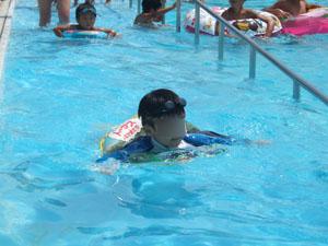 流水プールで流れる長男@亀岡運動公園プール