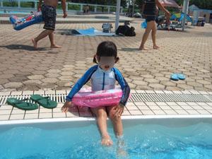 幼児プールで水遊びする長女@亀岡運動公園プール
