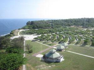 沖縄県平和祈念資料館から望む県営平和祈念公園