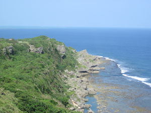 沖縄県平和祈念資料館から望む険しく美しい海岸線