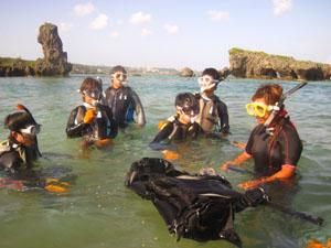 ヒメの指導を受ける研究室メンバー@真栄田岬, 沖縄