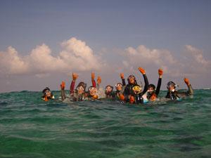 シュノーケリングを満喫する研究室メンバーをヒメが撮影@真栄田岬, 沖縄