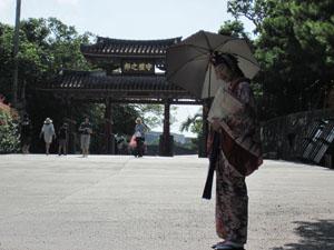 民族衣装を着た女性と守礼門@首里城, 沖縄