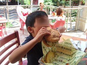 自慢の自家製ハワイのチーズバーガー@ハワイ家族旅行